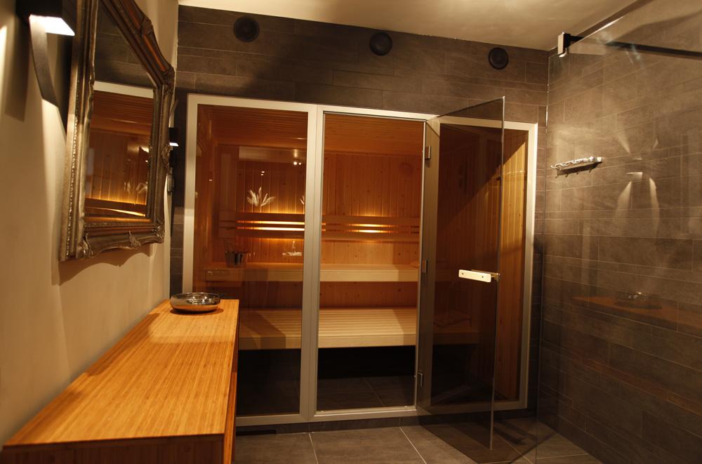 faciliteiten vakantiehuis: buitenjacuzzi, sauna, woonkeuken, Badkamer