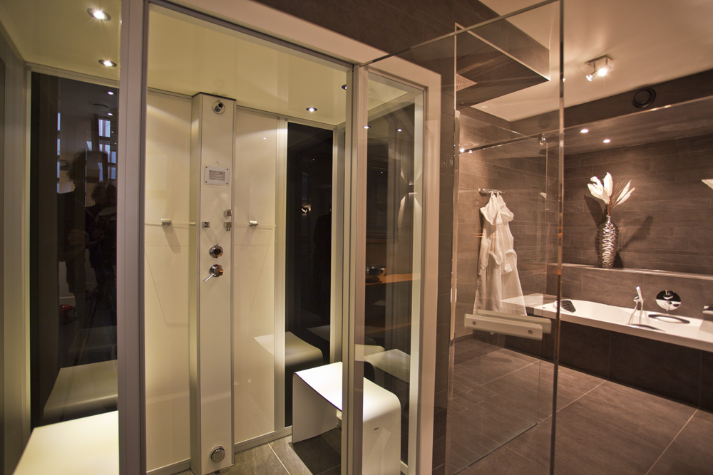 Inloopdouche Met Stoomcabine : Faciliteiten vakantiehuis: buitenjacuzzi sauna woonkeuken